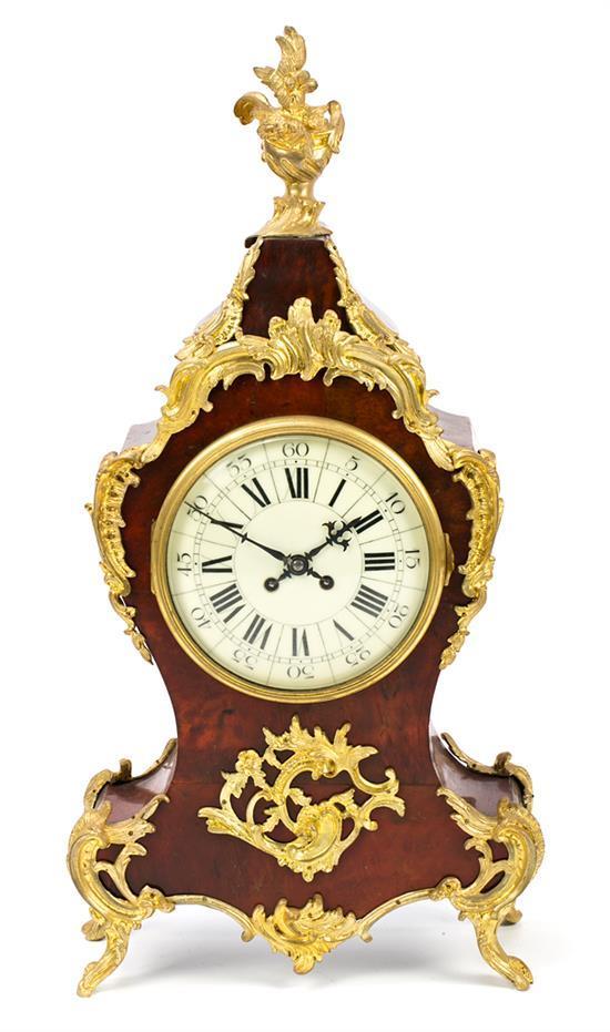 Reloj de sobremesa francés estilo Luis XV en carey y bronce dorado, del primer tercio del siglo XX