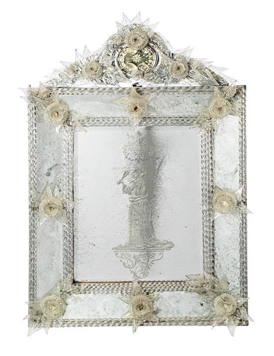 Espejo veneciano con marco de espejos grabados y con aplicaciones de vidrio de Murano, de la primera mitad del siglo XIX
