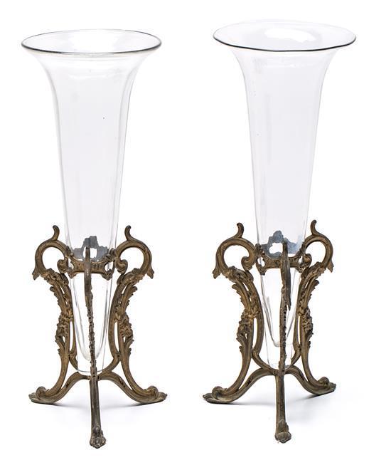 Pareja de jarrones franceses en vidrio con monturas en metal dorado, de finales del siglo XIX