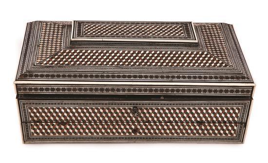 Caja anglo-india en madera con taracea en hueso, marfil y maderas finas, del siglo XIX