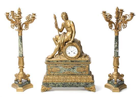 Guarnición francesa formada por reloj y pareja de candelabros estilo Imperio en bronce dorado y mármol verde, de finales del siglo X...