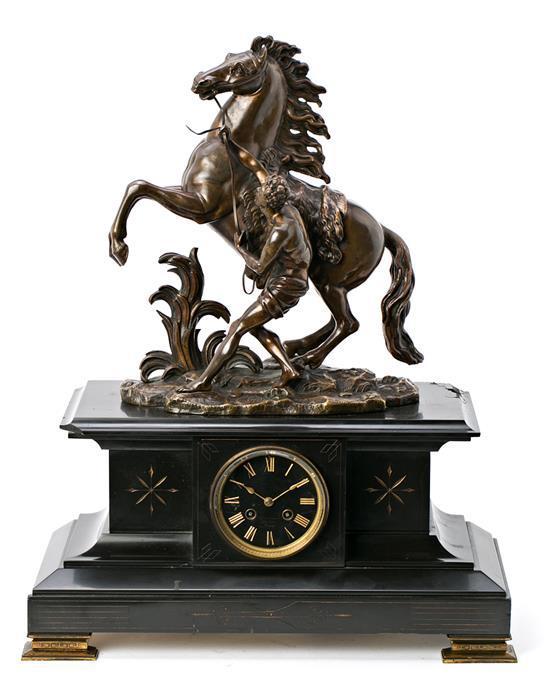 Reloj de sobremesa francés en bronce, calamina y mármol, del primer tercio del siglo XX