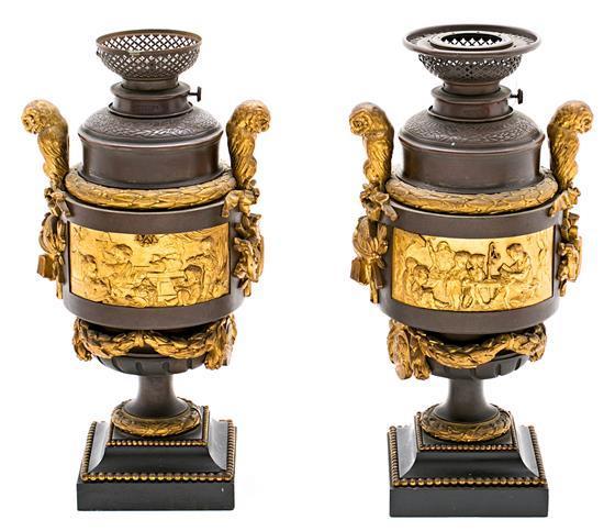 Pareja de jarrones franceses estilo Luis XVI con monturas en bronce dorado y de pátina parda, de la segunda mitad del siglo XIX