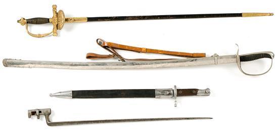 Dos bayonetas española y de cubo, espada de ceñir y sable