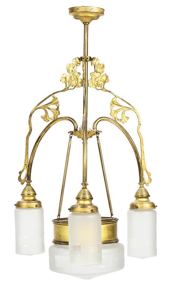 Lámpara francesa de techo en latón dorado con tulipas en vidrio mateado y tallado, de principios del siglo XX