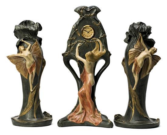 Guarnición francesa Art Nouveau formada por reloj y pareja de jarrones con ninfas en estuco policromado, hacia 1900