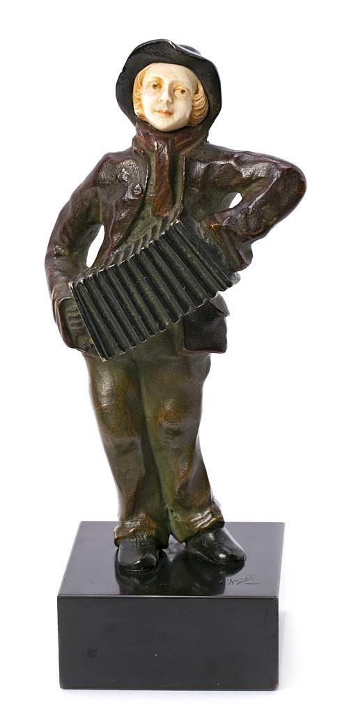 Alfred Jorel Activo en Francia, hacia 1860 - 1927 Joven con acordeón Escultura crisoelefantina en marfil y bronce de varias pátinas,...