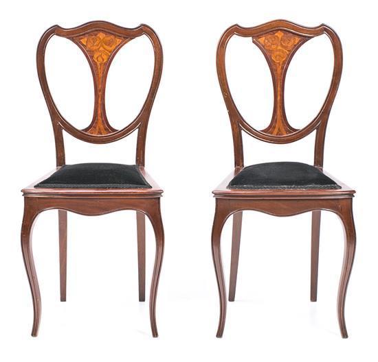 Pareja de sillas modernistas en caoba con marquetería de maderas finas, de principios del siglo XX
