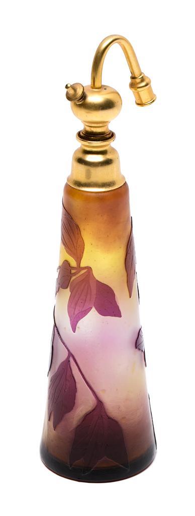 Atribuido a Émile Gallé Nancy 1846 - 1904 Perfumador con vaporizador Vidrio policromo de varias capas grabado en camafeo y metal dor...