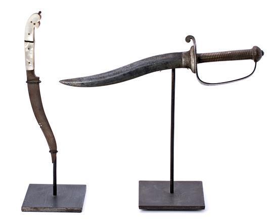 Puñal hindú de doble hoja con mano en nácar y composición de cuchillo y empuñadura indios en roble y acero, del los siglos XVIII y X...