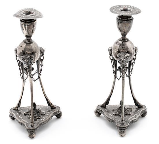 Pareja de candeleros españoles de estilo fernandino en plata, del primer tercio del siglo XX