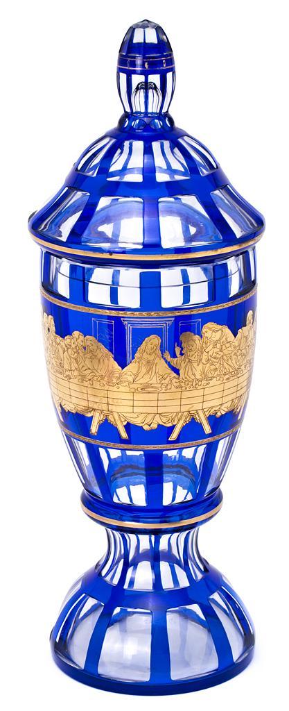Gran jarrón con tapa en cristal de Bohemia doblado en azul cobalto, tallado y dorado, del segundo tercio del siglo XX
