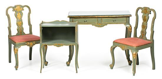 Pareja de sillas y dos mesas de estilo dieciochesco en madera pintada y dorada, hacia 1930