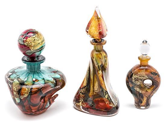 Tres frascos en vidrio de Murano con inclusiones policromas, hacia 1960-1970