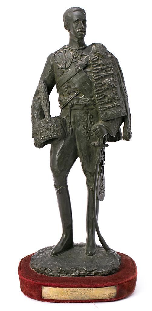 Escuela española, hacia 1918 El rey Alfonso XIII con uniforme de húsar Escultura en bronce