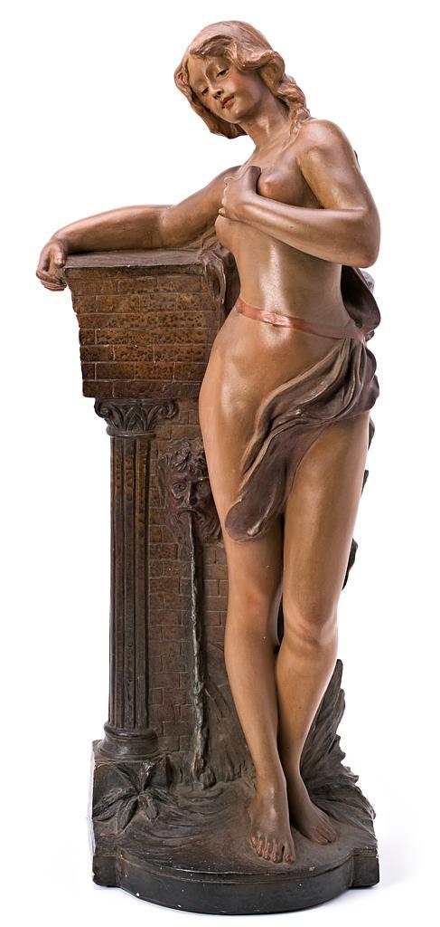 F. Citti Activo en Italia, hacia 1900 Una joven junto a una fuente Escultura en estuco policromado
