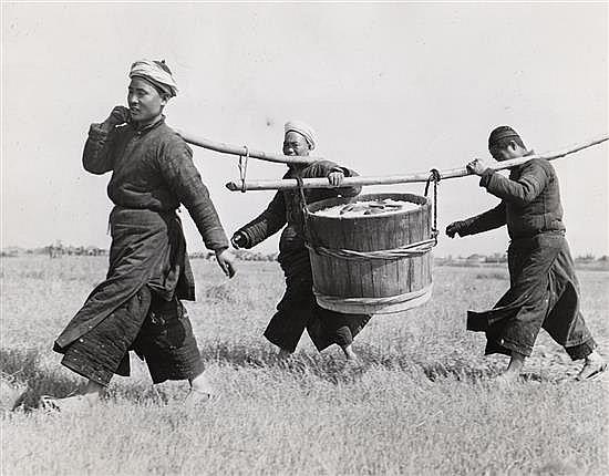 Frank Cancellare siglo XX China trabajadores transportando arroz, 1944 Gelatina de plata, 18 x 22,8 cm, sello húmedo de la agencia,...