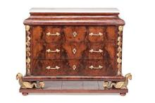 Ferdinand VII chest of drawers in mahogany and crotch mahogany with boxwood inlay and gilt carving, first third of the 19th Century