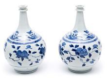 Pareja de jarrones en forma de botella japoneses Meiji en porcelana, de finales del siglo XIX-principios del siglo XX