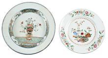 Dos platos chinos Kangxi Familia verde y Qianlong en porcelana, de finales del siglo XVII-primera mitad del siglo XVIII