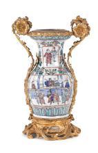 Jarrón chino en porcelana de Cantón con montura francesa en bronce dorado estilo Luis XV, de finales del siglo XIX