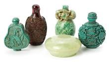 Cuatro tabaqueras y caja chinas en jadeíta, resina tallada simulando ámbar y serpentina, de mediados del siglo XX