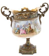 Centro francés en porcelana con monturas en bronce dorado y esmaltado en