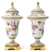 Pareja de jarrones con tapa alemanes en porcelana de Frankenthal con monturas en bronce dorado, del siglo XIX