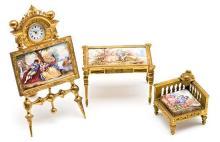 Juego de tres muebles con reloj en miniatura austríacos con placas esmaltadas y bronce dorado, hacia 1900