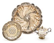 Juego de taza para puérpera con plato barceloneses y fuente ornamental portuguesa en plata, parcialmente