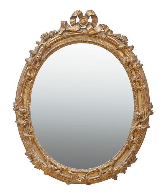 Espejo ovalado con marco isabelino en madera y estuco dorado for Espejo ovalado madera