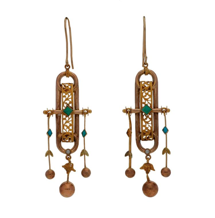 Alphonsine long earrings in gold, 19th Century Gold, turquoises and seed pearls. 9K gold clasps subsequently added. One turquoise is missing. 6 cm 4,3 gr