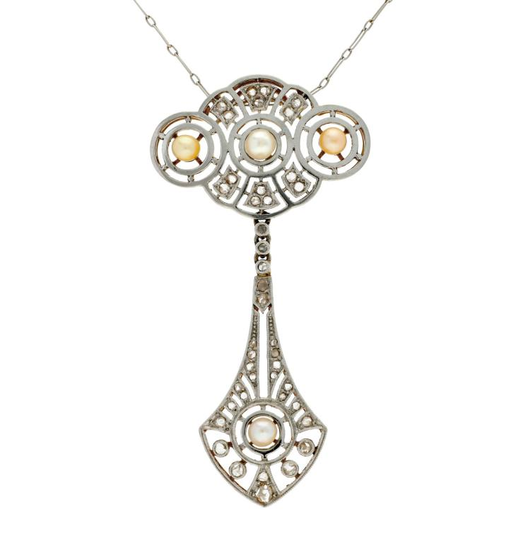 Belle Époque pearls and diamonds pendant, circa 1910 Gold with platinum views, rose cut diamonds, 0.48 cts, and cultured pearls of 3.5 to 4 mm diam. It includes a platinum chain. 5,2 cmx2,7 cm 7,7 gr