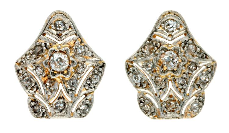 Belle Époque diamonds earrings, circa 1910 Gold with platinum views and old brilliant cut diamonds, 0.18 cts. Pressure clasps subsequently transformed. 1,4 cm 3,2 gr