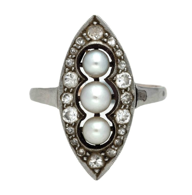 Belle Époque shuttle ring with pearls and diamonds, circa 1910 14K gold with platinum views, old brilliant and 8/8 cut diamonds, 0.14 cts, and cultured pearls of 3.4 to 3.8 mm diam. 2,3 gr