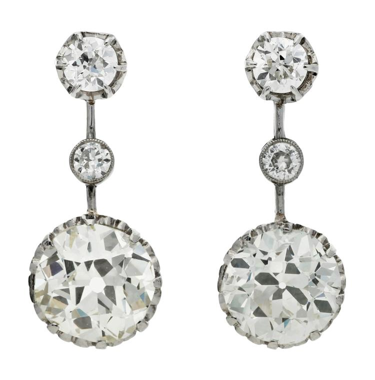 Art Déco diamonds earrings, circa 1925 Platinum, old cushion cut diamonds, approx. 2.93 cts, approx. L-M colour and approx. VS purity, another old brilliant cut diamond, approx. 2.35 cts, approx. L colour and approx. VS purity. The rest of diamonds in old brilliant cut, 0.69 cts. 2,2 cm 6,8 gr