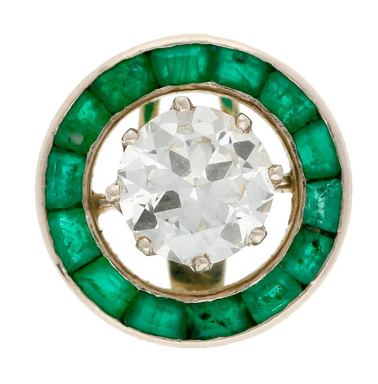 Art Déco button with a diamond and emeralds, circa 1925 White gold, old brilliant cut central diamond, approx. 1.25 cts, approx. H-I colour and approx. SI purtity, and trapeze cut emeralds, 1.12 cts. 1,4 cm 3,1 gr