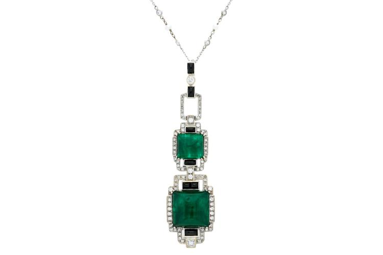 Art Déco style pendant White gold, brilliant cut diamonds, 1.20 cts, square cabochon cut emeralds, 21 cts, and rectangular cabochon cut onyx, 0.75 cts. It includes a white gold chain, cultured pearls of 3.5-4 mm and diamond simile. 7,9 cmx2 cm 24,1 gr