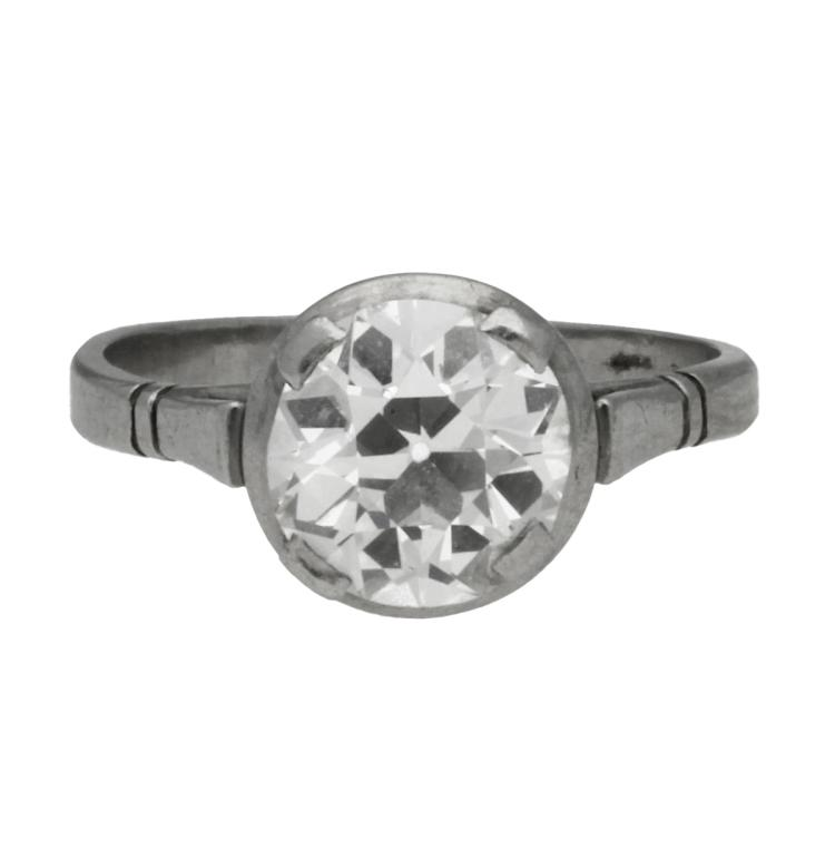 Art Déco solitaire ring, circa 1925 Platinum and old brilliant cut diamonds, approx. 1.79 cts, approx. G-H colour and approx. SI purity. 3,5 gr