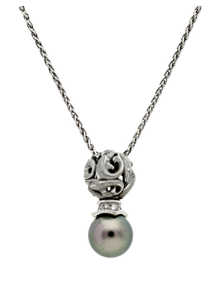 Carrera y Carrera Neklace with a pearl and dimaonds White gold, brilliant cut diamonds, 0.06 cts, and cultured pearl of 10 mm diam. Signed and numbered. 2,4 cm 11,9 gr