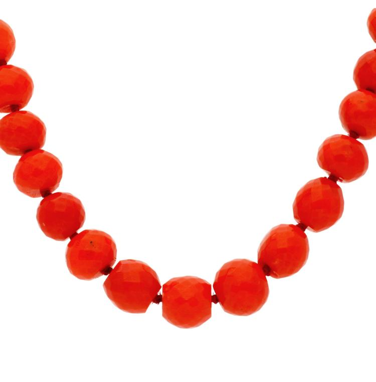 Coral beads choker necklace Gold and carved coral faceted beads. 38,1 gr