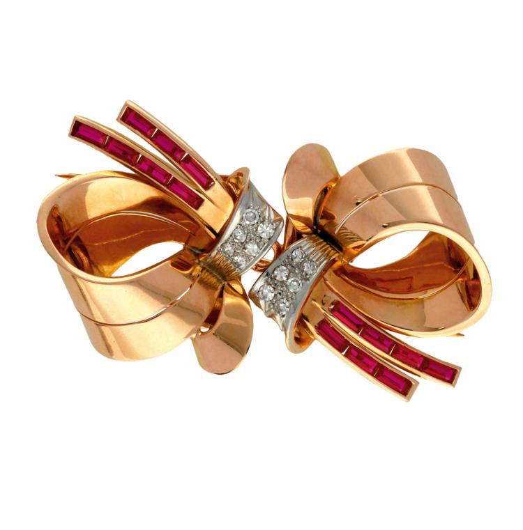 Bow-shaped double clip brooch, circa 1940 Rose gold, 8/8 cut diamonds, 0.36 cts and synthetic rubies. Detachable. 3,6 cmx6,2 cm 28,4