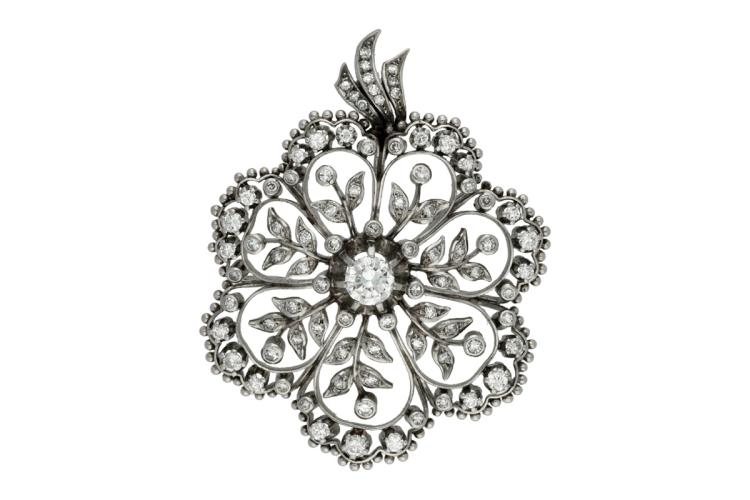 Diamonds floral brooch, mid 20th Century Platinum and brilliant and 8/8 cut diamonds, 2.4 cts. The needle is loose. 4,3 cmx5,6 cm 31,5 gr