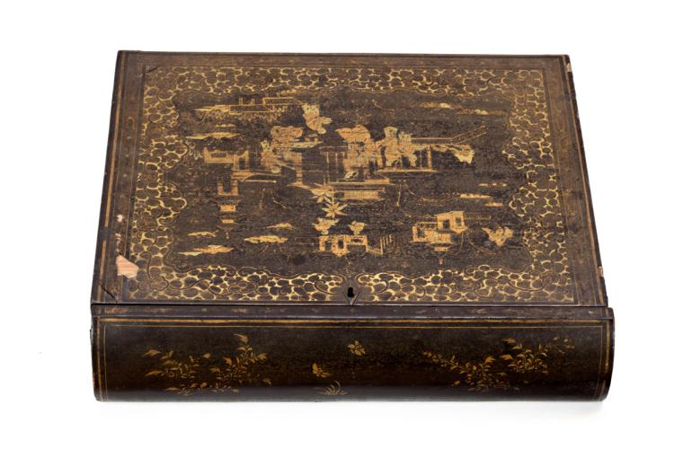 Chinese box in lacquered Canton wood, 19th Century Double cover in the interior, with matching decoration 8,5x36x33 cm