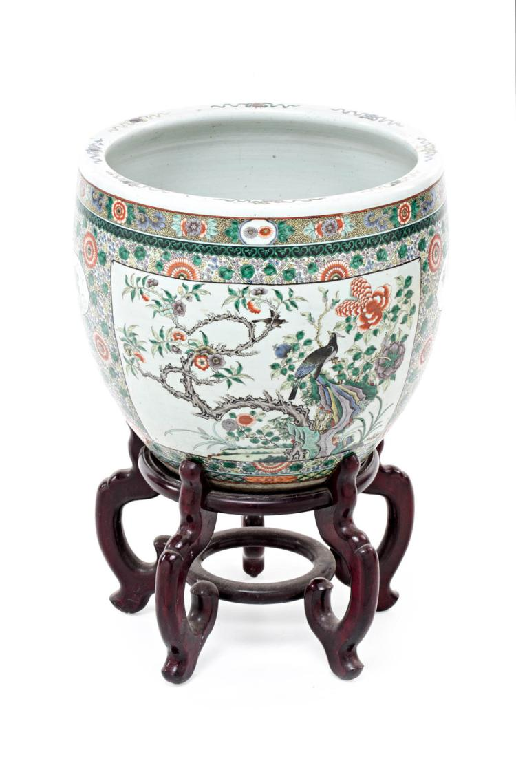 Big Chinese jardiniere in Family Green porcelain, first third of the 20th Centur Wooden stand 41,5x46,5x46,5 cm