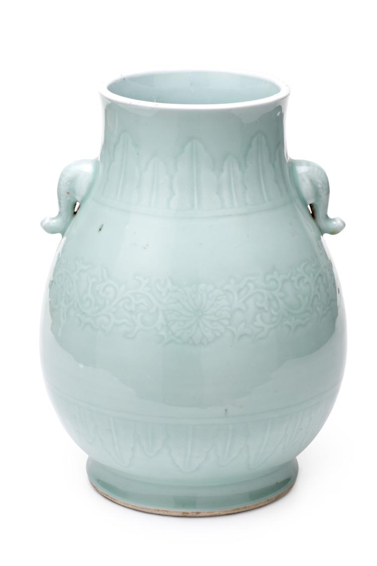 Chinese Celadon porcelain vase, first third of the 20th Century 34,5x24x24 cm