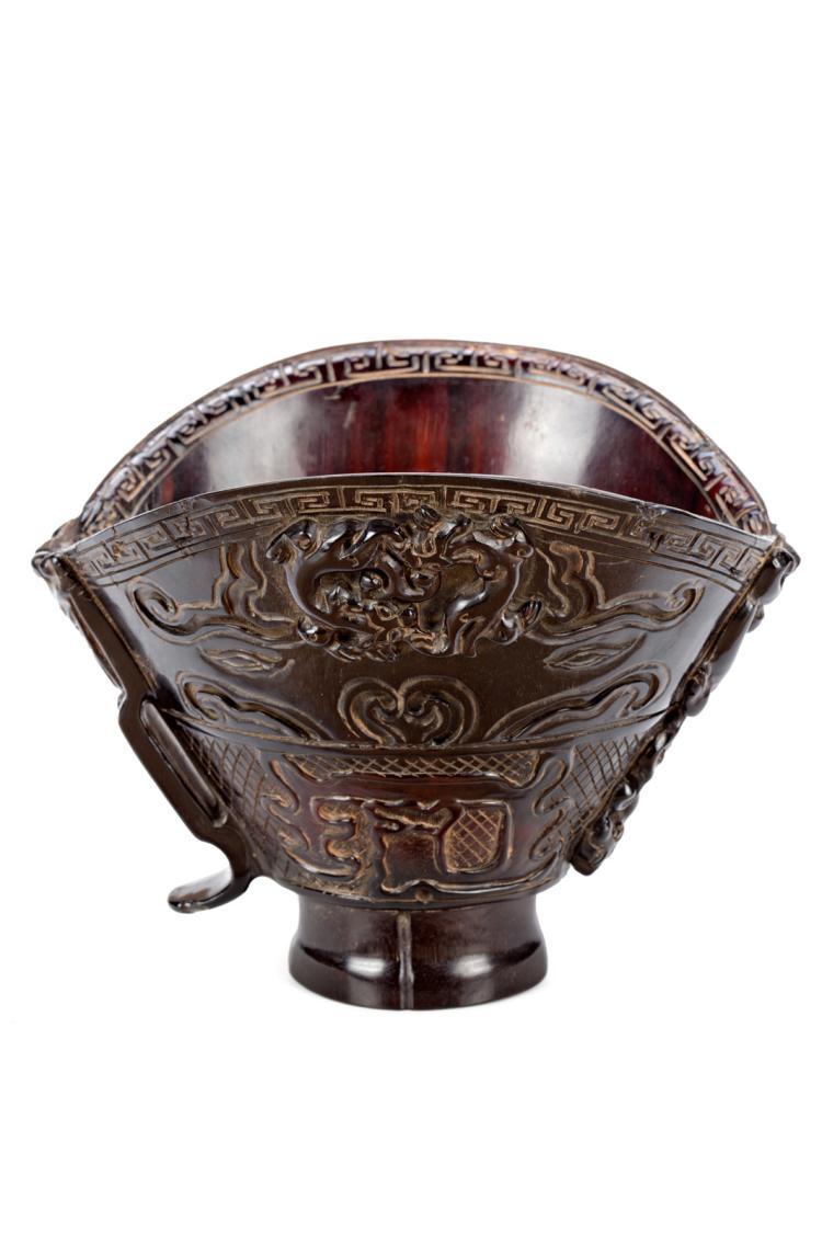 Chinese libation cup in carved horn, first third of the 20th Century 12,5x16,5x13,5 cm