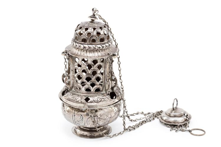 Aragonese censer in embossed, opework and engraved silver, 17th Century Hallmark of Zaragoza. 98 cm long with chain 722 gr 23x13x12 cm