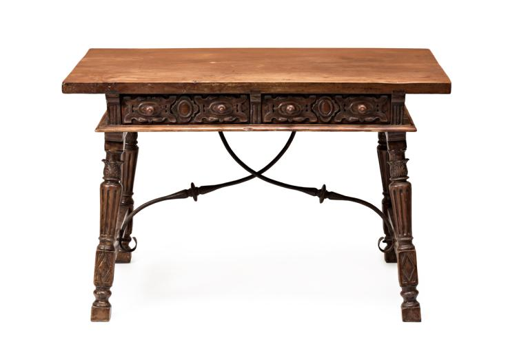 Carved walnut struts table, probably Spanish, 17th Century 76x117,5x75 cm