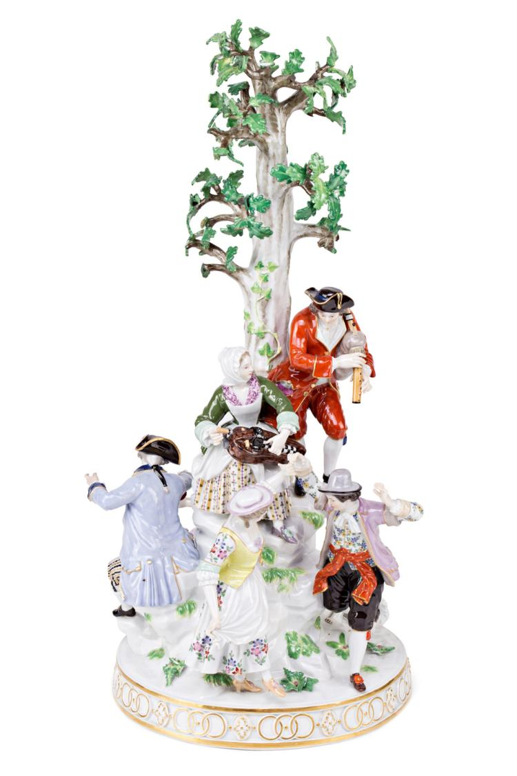 18th Century-like scene under a tree, in German Meissen type porcelain, first decades of the 20th Century Restorations 48,5x26,5x22,5 cm